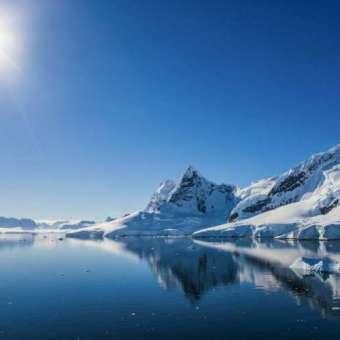 El sol brilla sobre un paisaje nevado en la Antártida.